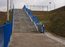 Platforma przyschodowa Omega z zakrzywionym torem jazdy na stacji PKP Dębica Wschodnia