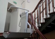 Platforma przyschodowa OMEGA F zamontowana na bardzo nietypowym biegu schodowym
