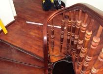 Nietypowe schody nie były przeszkodą w instalacji platformy przyschodowej OMEGA F