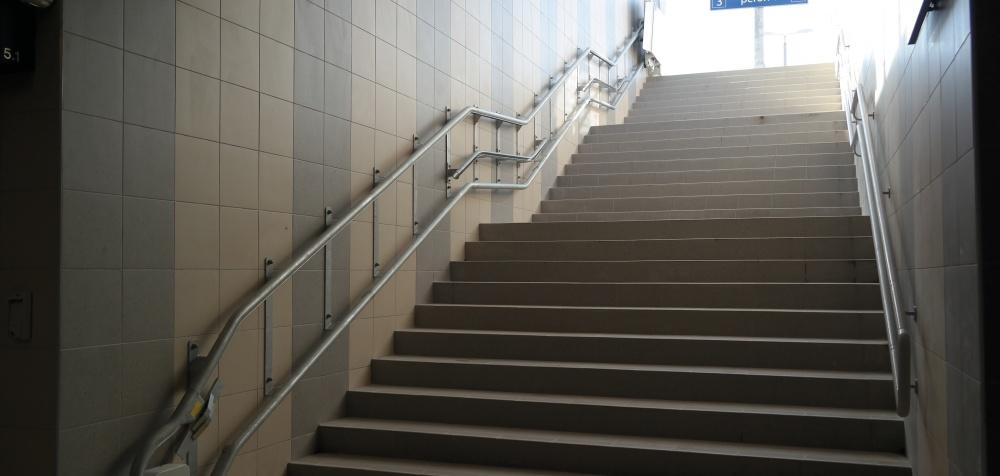 Platformy przyschodowe dla niepełnosprawnych na dworcach kolejowych