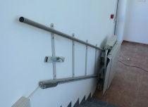 Zasilanie platformy schodowej doprowadzone w pobliżu górnego przystanku