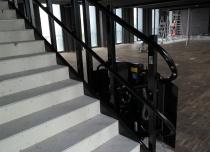 Platforma schodowa wykonana w kolorze konstrukcji schodów