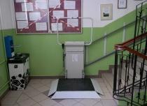 Platformę schodową wyposażoną w boczny najazd instalujemy gdy warunki techniczne nie umożliwiają komfortowego wjazdu na wprost urządzenia