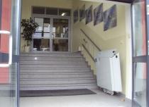 Nieużywaną platformę schodową można złożyć by nie zabierała przestrzeni dla innych osób korzystających ze schodów