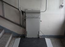 Platforma schodowa wyposażona w najazd boczny - 3 rampę z przodu podestu