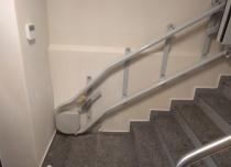 Przestrzeń przed schodami na parking platformy schodowej wynosi zaledwie 1034 mm!