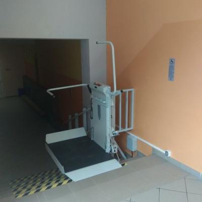 Rozłożony podest platformy schodowej przy górnym przystanku