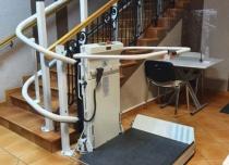 Platforma schodowa Stratos zaprojektowana z dolnym parkingiem po zakręcie 180°