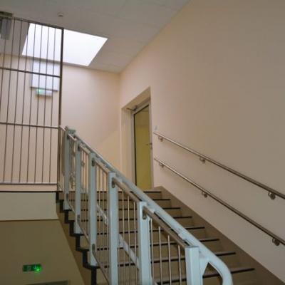 Górny przystanek platformy schodowej Omega jest przy krawędzi ostatniego stopnia