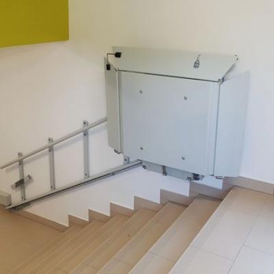 Złożona platforma schodowa przy górnym postoju