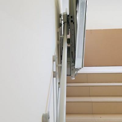 Montaż prowadnicy platformy schodowej do ściany redukuje szerokość całkowitą do minimum. Szerokość złożonego urządzenia wynosi zaledwie 30 cm
