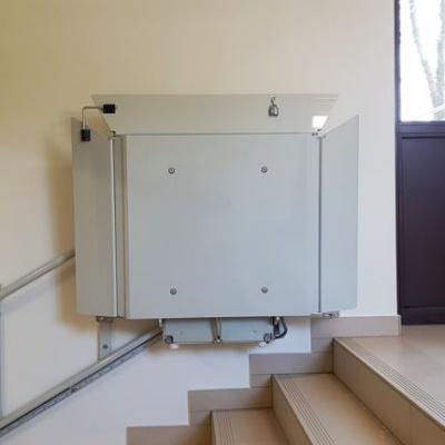 Postój platformy schodowej na górnym przystanku