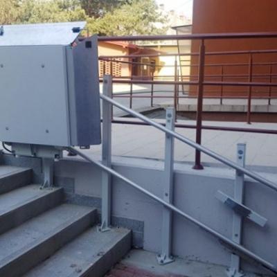 Platforma schodowa Delta w wykonaniu zewnętrznym, montowana na słupkach samonośnych do biegu schodowego