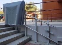 Platforma schodowa w przeznaczeniu użytkowania na zewnątrz jest wyposażona w pokrowiec do przechowywania