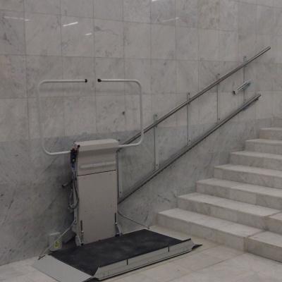 Platforma schodowa Delta z prostym torem jazdy w Błekitnym Wieżowcu w Warszawie