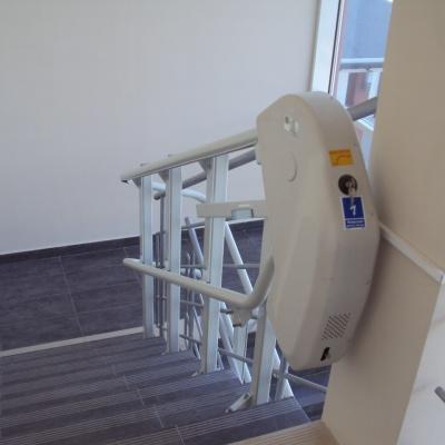 Platforma przyschodowa Omega z krętym torem jazdy w Urzędzie Gminy Rozprza - wersja z rozkładanym siedziskiem na platformie