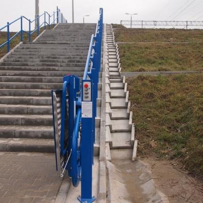 Przywołanie platformy schodowej odbywa się za pomocą kaset radiowych. Tutaj, spełniając życzenie klienta, zainstalowaliśmy je na osobnych słupkach dla górnego i dolnego przystanku