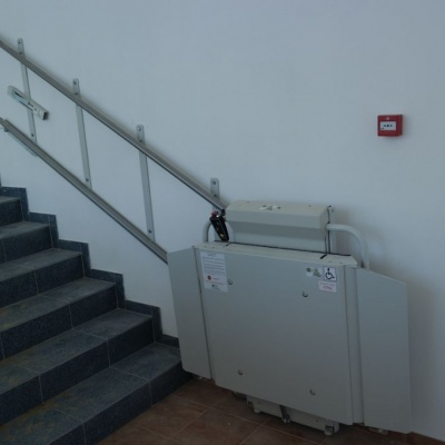 Złożona platforma schodowa na dolnym przystanku