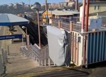 Platforma przyschodowa zewnętrzna wyposażona jest w pokrowiec chroniący windę gdy nie jest w użyciu