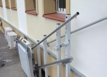 W przypadku instalacji szyny platformy schodowej na słupkach samonośnym na schodach zewnętrznych klienci muszą wykonać dodatkową wylewkę pod słupki na dolnym przystanku!