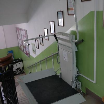 Rozłożona platforma schodowa na górnym przystanku, umożliwiająca wyjazd/wjazd na podest