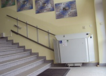Platforma schodowa z torem jazdy instalowanym bezpośrednio do ściany