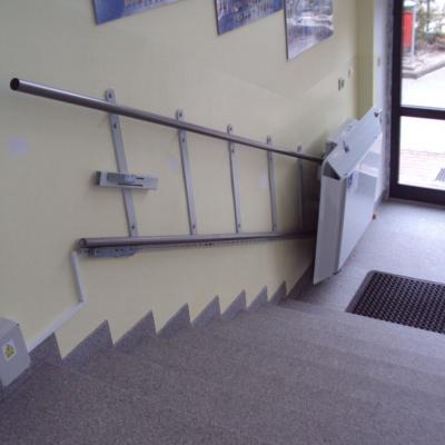 Instalacja platformy schodowej nie wymaga prac budowlanych a jedynie doprowadzenie zasilania w pobliżu przystanków platformy