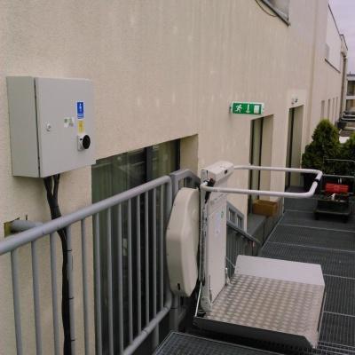 Platforma przyschodowa zainstalowana do konstrukcji stalowej