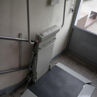 Platforma schodowa ułatwi swobodne wyjście dla osób niepełnosprawnych w sytuacji gdy pierwszy bieg schodowy nie jest skomunikowany z windą