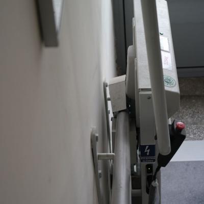 Zainstalowana platforma schodowa nie utrudni przejścia dla pozostałych osób korzystających ze schodów, zajmuje niecałe 30 cm (instalacja bezpośrednio co ściany)