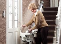 Krzesełka schodowe wyposażone są w składane siedzisko, podnóżek i podłokietniki