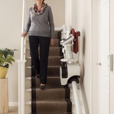 Złożone krzesełka schodowe zajmują minimalne wymiary w świetle biegu schodowego