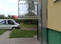 Platforma pionowa dostawiona na zewnątrz budynku