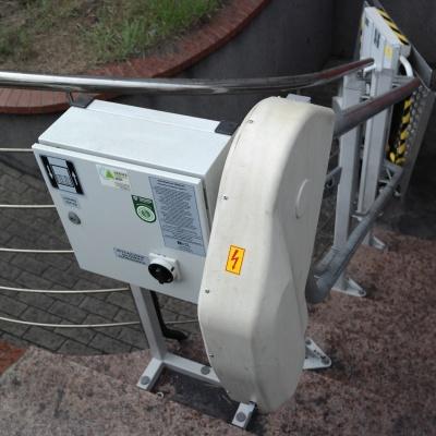 Silnik i skrzynka ze sterowaniem elektrycznym towarowej platformy przyschodowej Omega