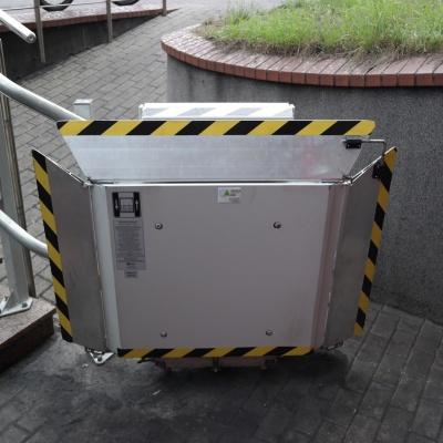 Złożona platforma przyschodowa - towarowa na dolnym przystanku