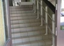 Platforma przyschodowa rozwiązała problem bariery architektonicznej 11 stopni między wejściem a poziomem parteru