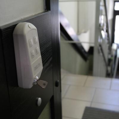Przywołanie platformy schodowej na przystanek odbywa się za pomocą kaset radiowych; w Augustowie kasetę umieściliśmy drewnianym obiciu ściany