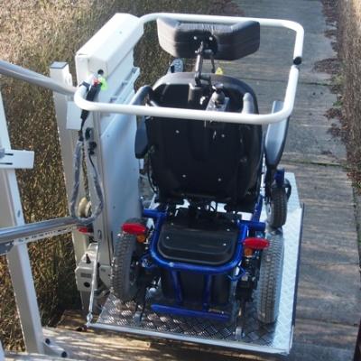 Platformę przyschodową można transportować wózki inwalidzkie ręczne i wózki elektryczne
