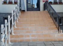 Montaż platformy schodowej DELTA na słupkach samonośnych do schodów zewnętrznych