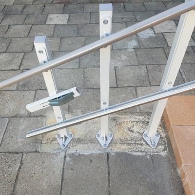 Przed montażem słupków dolnego przystanku Zamawiający zobowiązany jest do przygotowania fundamentu pod instalację. Nigdy nie instalujemy słupków do kostki brukowej bądź płyty chodnikowej!
