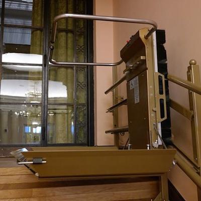 Czarny grzebień na boku platformy zasłania elementy napędu, umieszczone na plecach urządzenia
