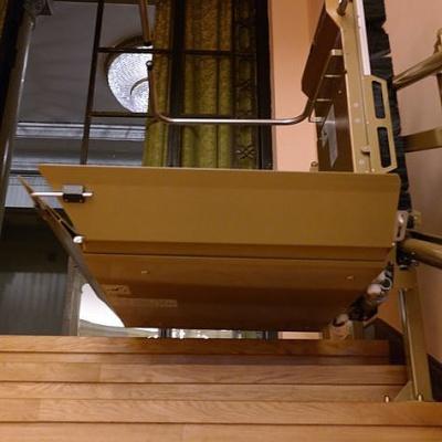 Platforma przyschodowa wyposażona w trzy rampy najazdowe - przednią, tylną i frontową