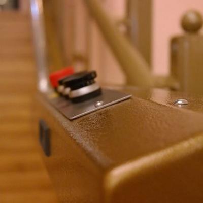 Panel sterowania platformy schodowej wyposażyliśmy w przyciski
