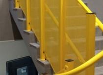 Prowadnica platformy spełnia funkcję pochwytu a przestrzeń między szynami zabezpieczona została blachą perforowaną