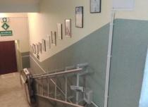 Montaż toru jezdnego platformy schodowej za pomocą dystansów